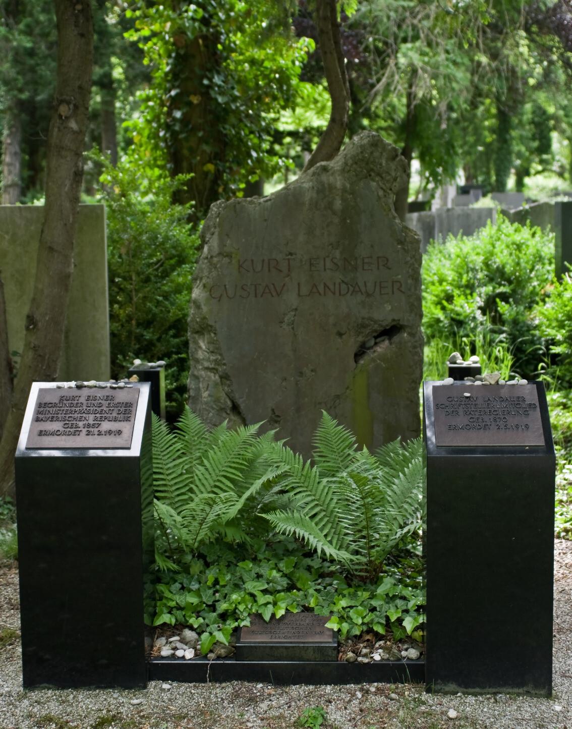 Eisner-Landauer-Grab auf dem Neuen Israelitischen Friedhof im Stadtteil Freimann (Stadtbezirk Schwabing-Freimann) in München (Bayern/Deutschland)